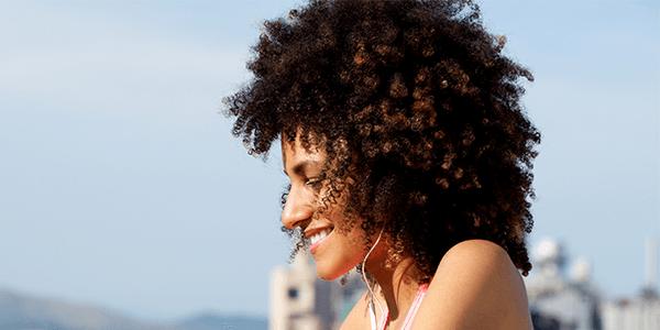 Os melhores cosméticos naturais para cabelos cacheados